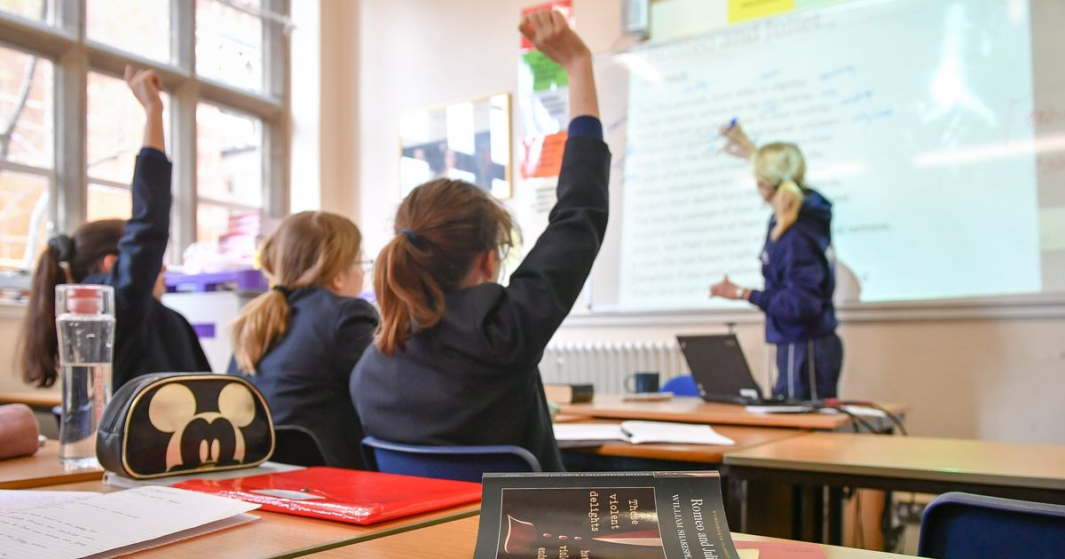 Experienced teachers in England 'to see 8% pay drop'