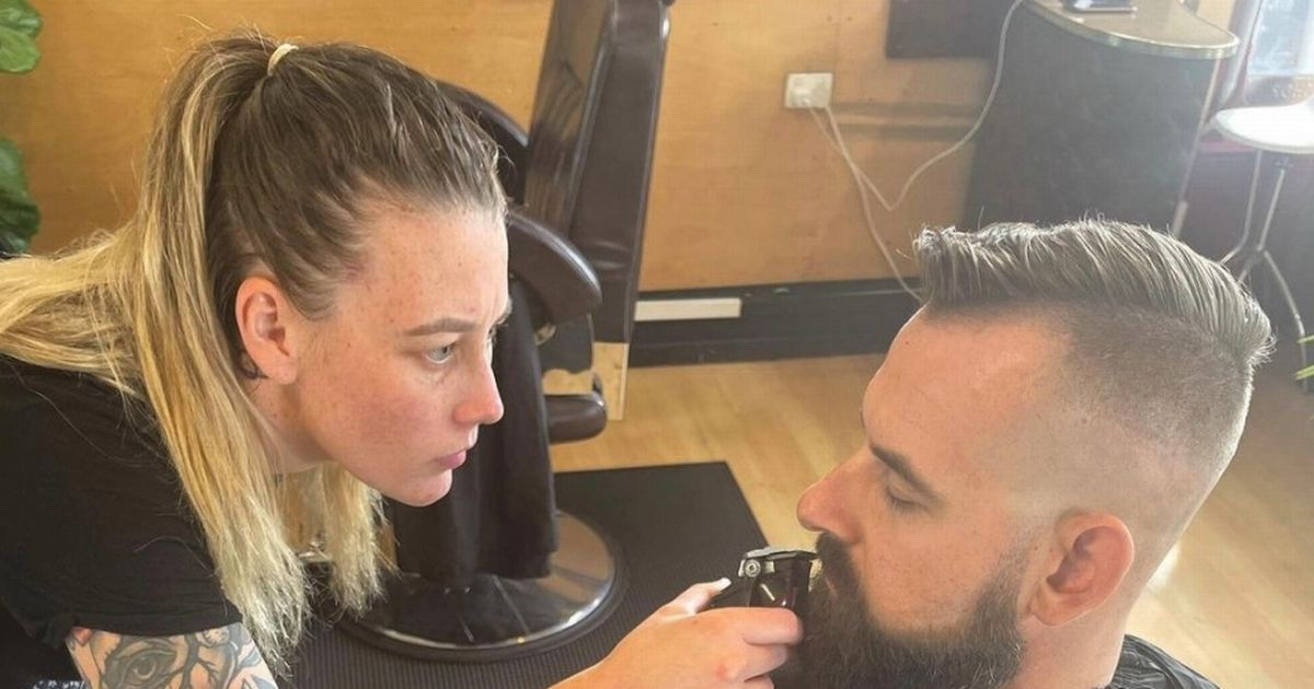 Pregnant hairdresser refuses Covid-jabbed customers as she feels 'uncomfortable'