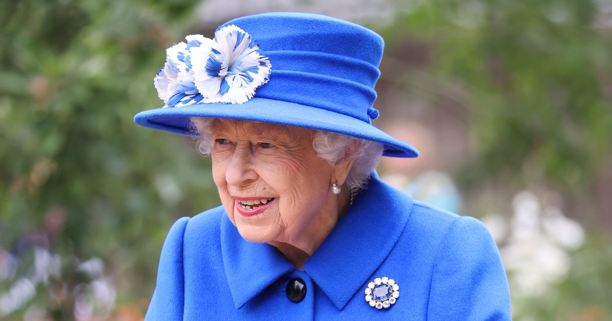 Queen awards the George Cross to the entire NHS