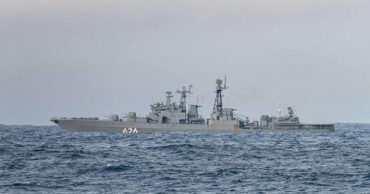 Fleet of Russian naval vessels enter English Channel led by anti-submarine destroyer