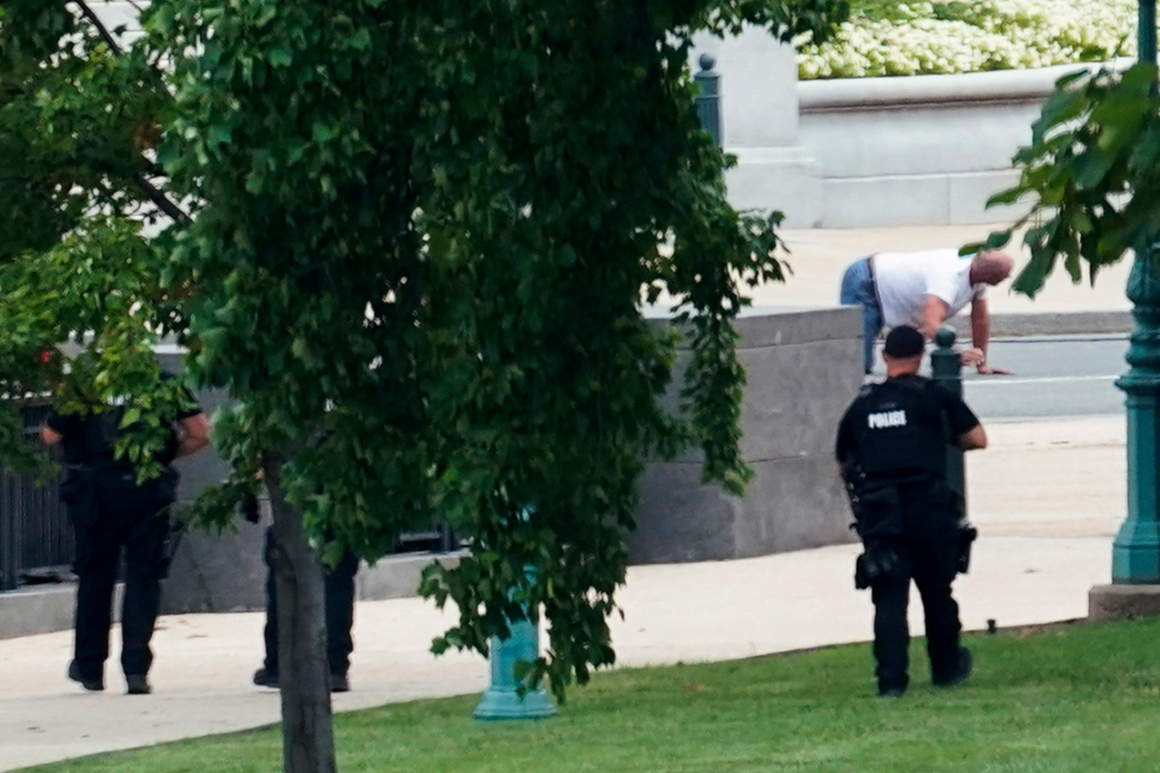 Man who claimed to have bomb near U.S. Capitol held in jail