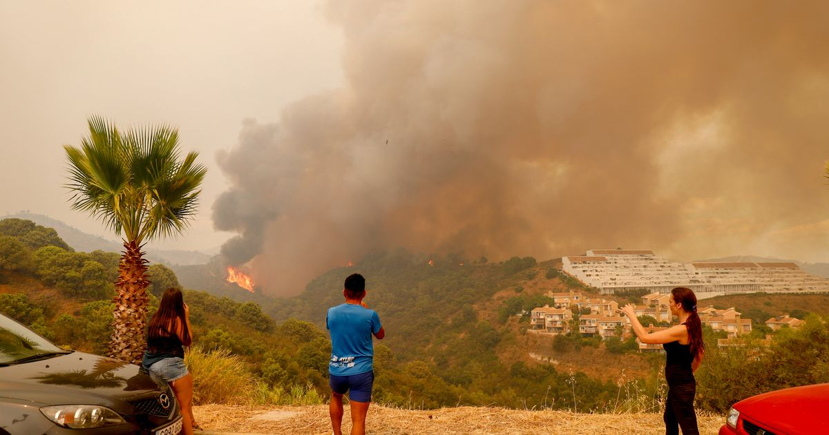 Costa del Sol fire: Hundreds evacuated from their homes and firefighter killed in blaze