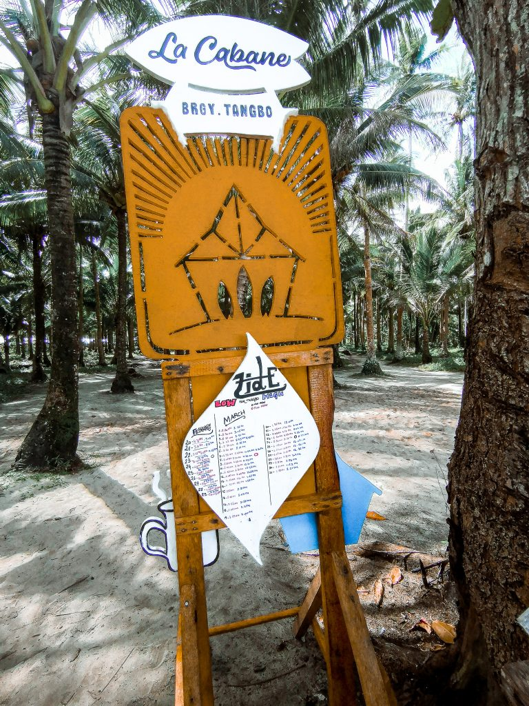 This is the contrasting yellow sign in the middle of a tropical landscape that led us to La Cabane