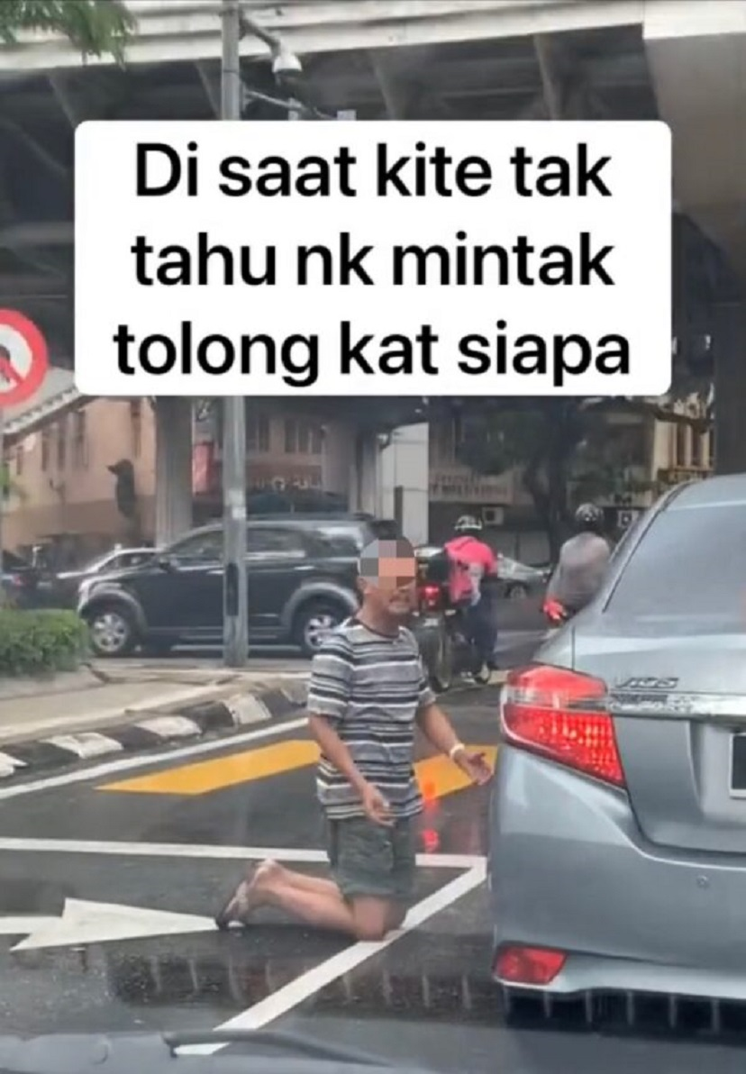 Kind m'sian helps man who knelt down and begged for money in the middle of the road (3). Png