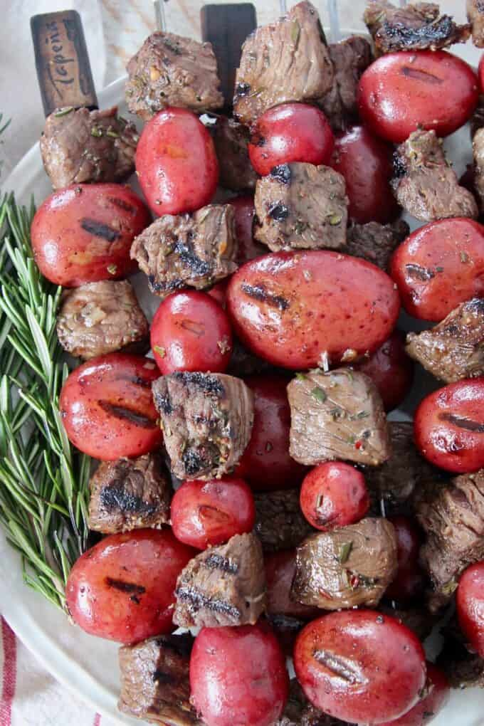 grilled cubes of sirloin on skewers with red potatoes