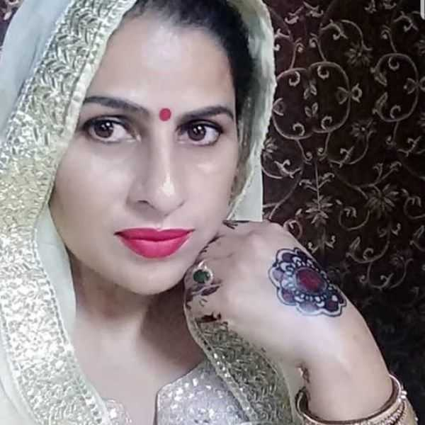 This image has an empty alt attribute; its file name is Himanshi-Khurana-mother-Sumeet-Khurana.jpg