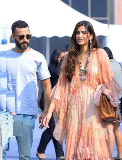 This image has an empty alt attribute; its file name is Anand-Ahuja-with-Sonam-Kapoor.jpg