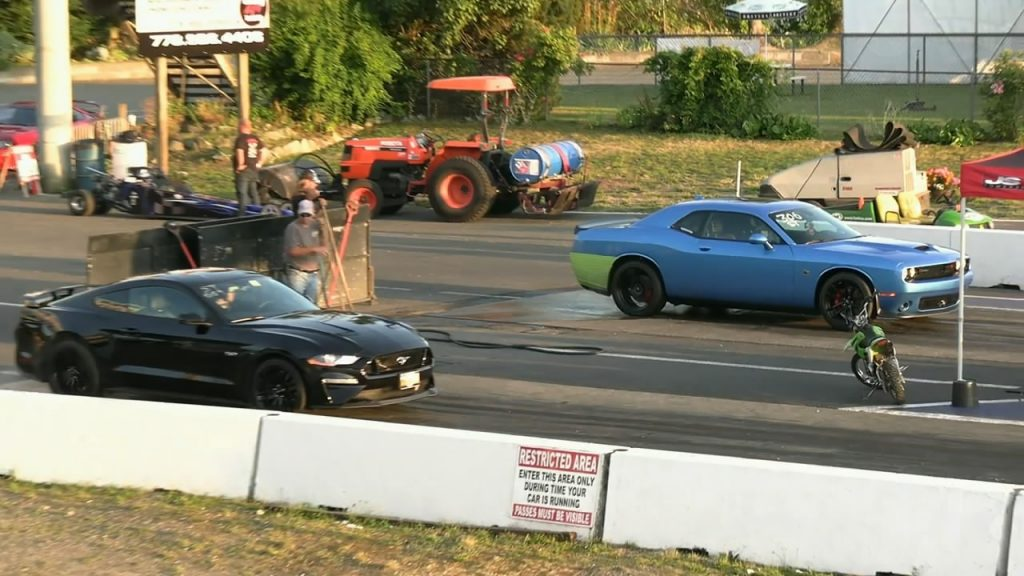 Ford Mustang GT Misses a Gear While Drag Racing Dodge Challenger Scat Pack 1320