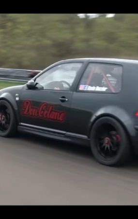 This Volkswagen Golf R32 Casually Hits 305.38 KPH