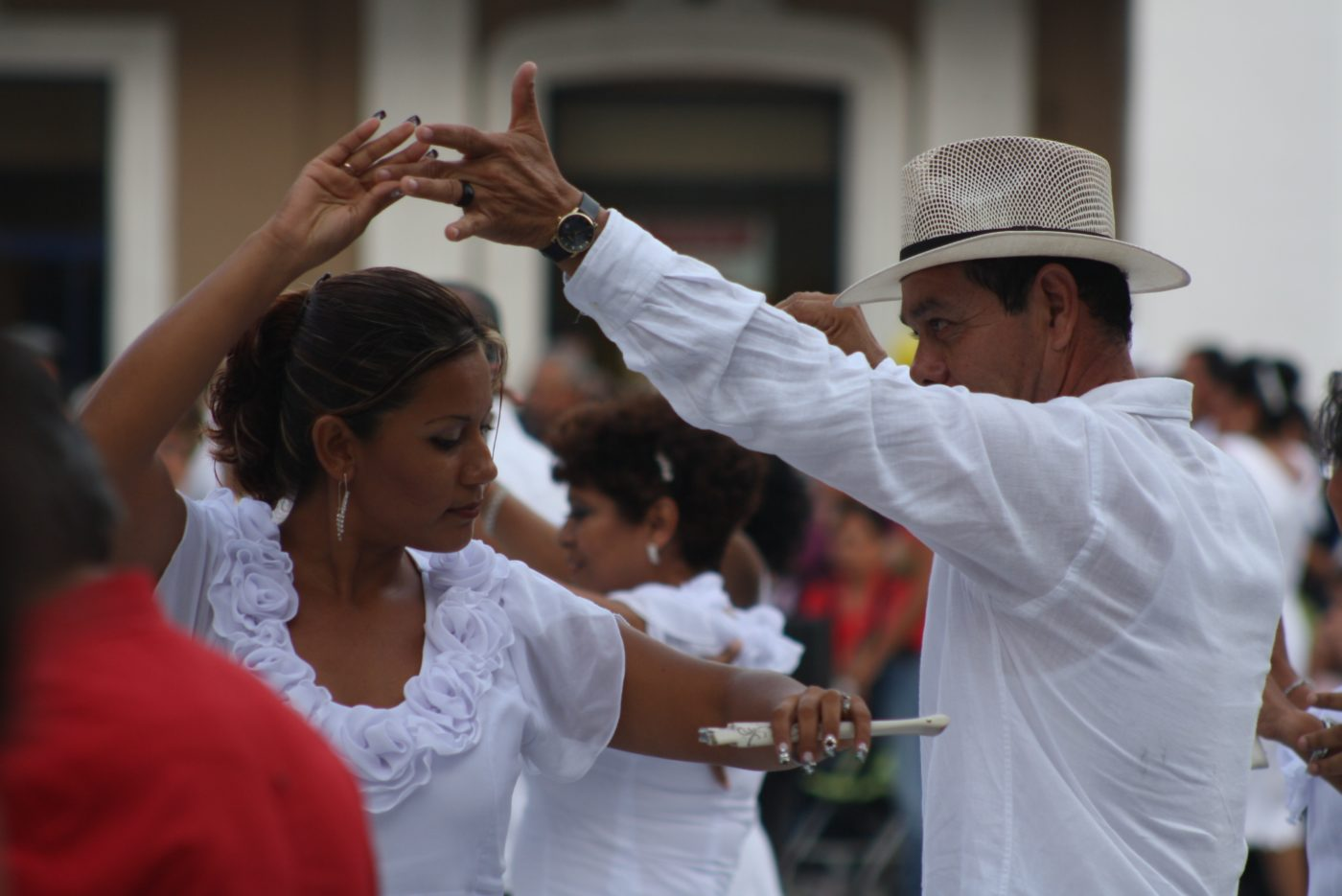 Picture of a couple dancing salsa on the street