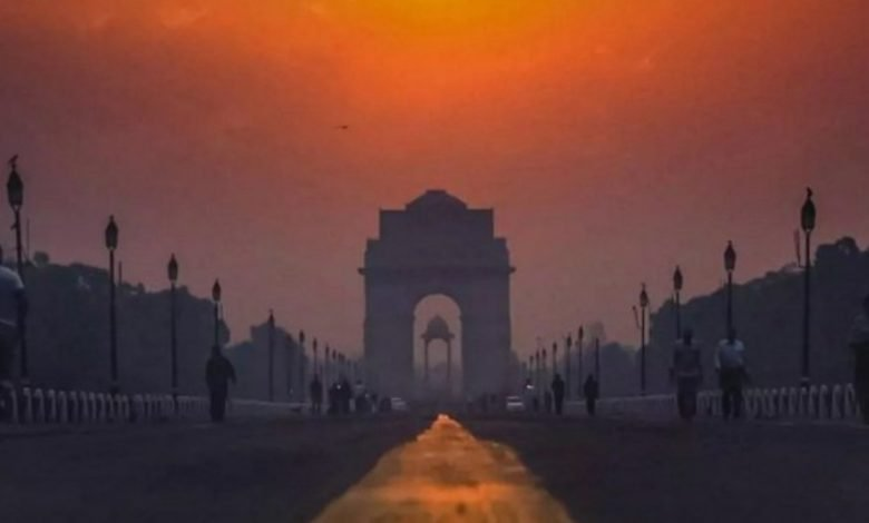 Delhi wakes up to a chilly morning-Digpu