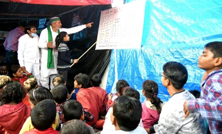 Farmer leader Rakesh Tikait teaches children at the protest site - Digpu News