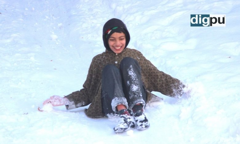 Youngsters enjoy sledding as heavy snowfall engulfs Kashmir - Digpu News