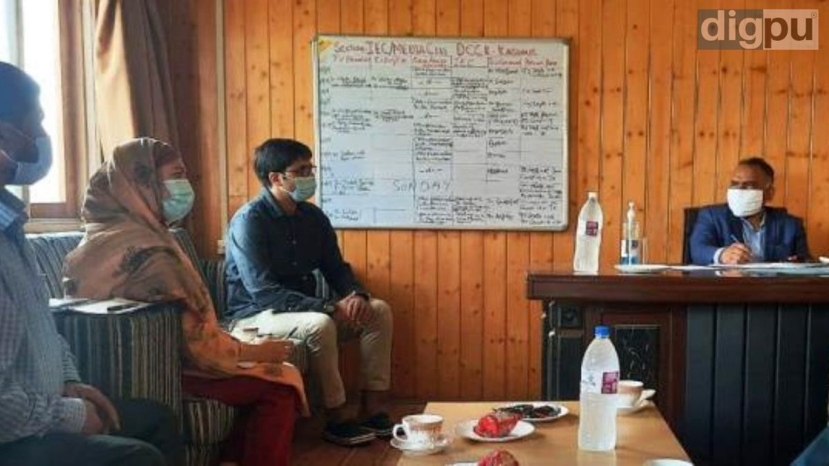 Divisional Commissioner, Kashmir, Pandurang K. Pole chaired a meeting regarding the COVID-19 vaccination drive