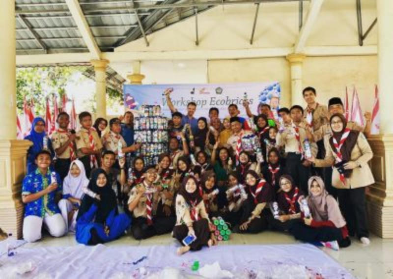 Cilacap Scout Troop Gets Ecobricking