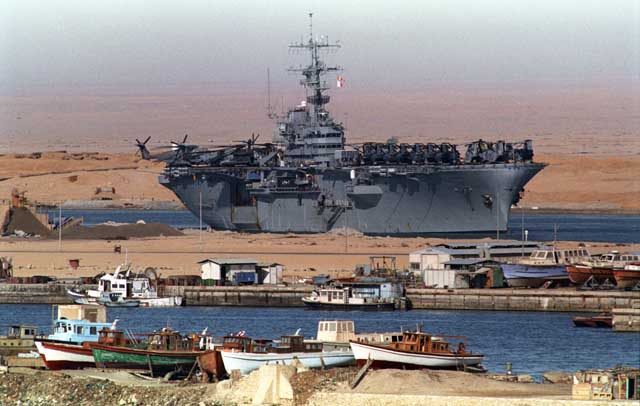 A U.S. warship transiting the Suez Canal towards the Persian Gulf after Iraq's invasion of Kuwait. Ph. Norbert Schiller