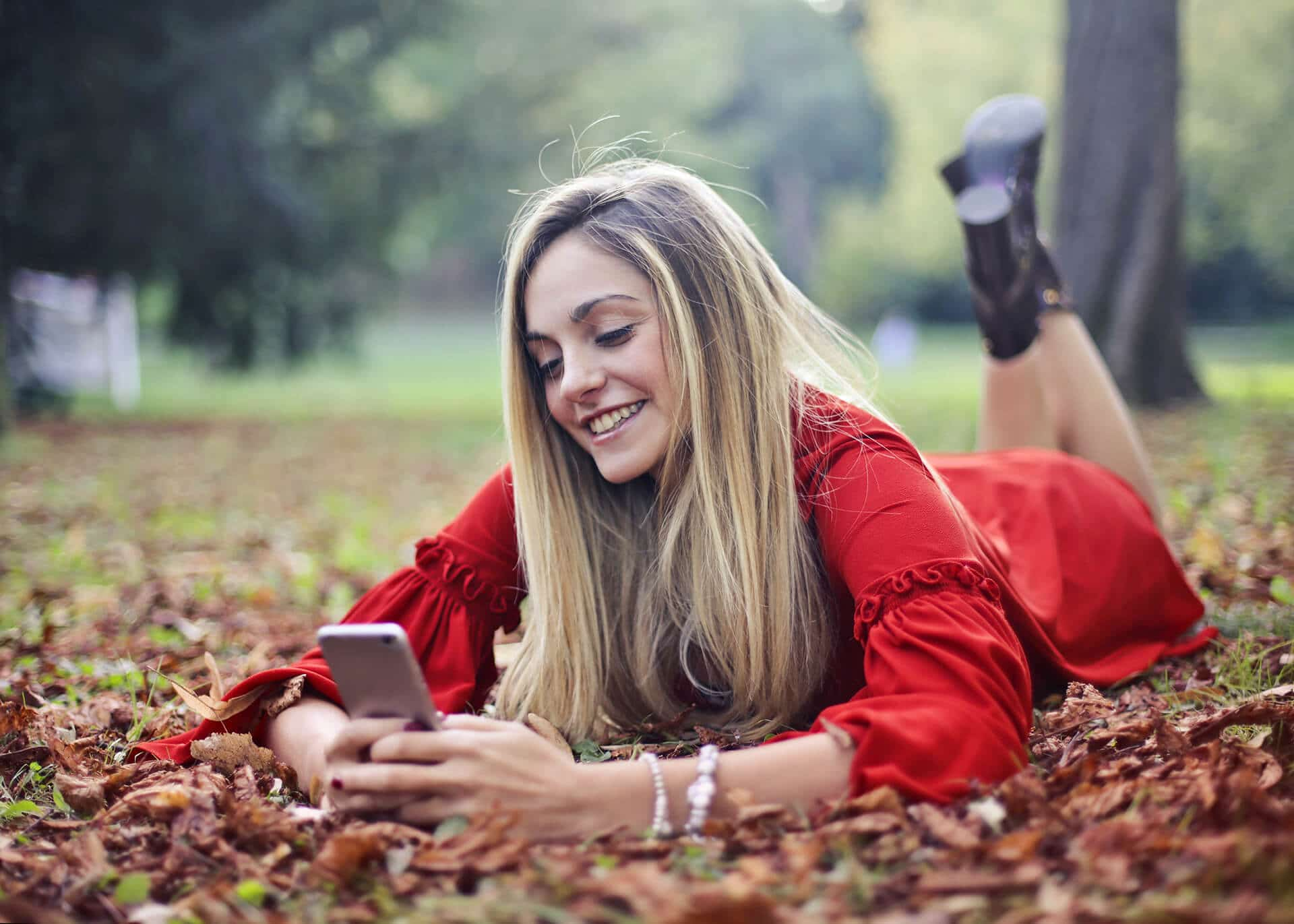 girl reading text message