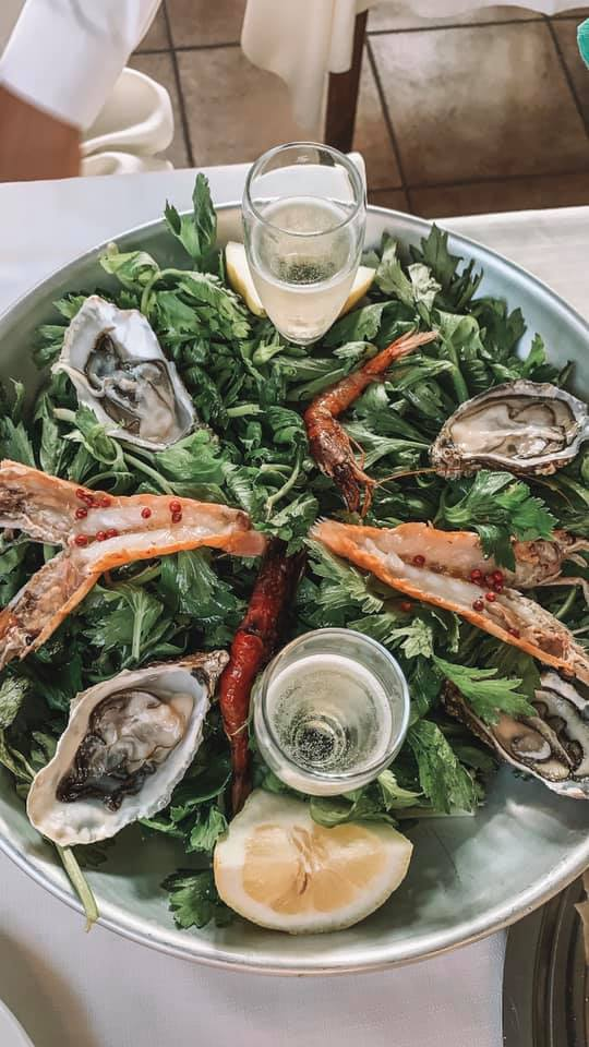 An arrangement of seafood with two glasses of champagne