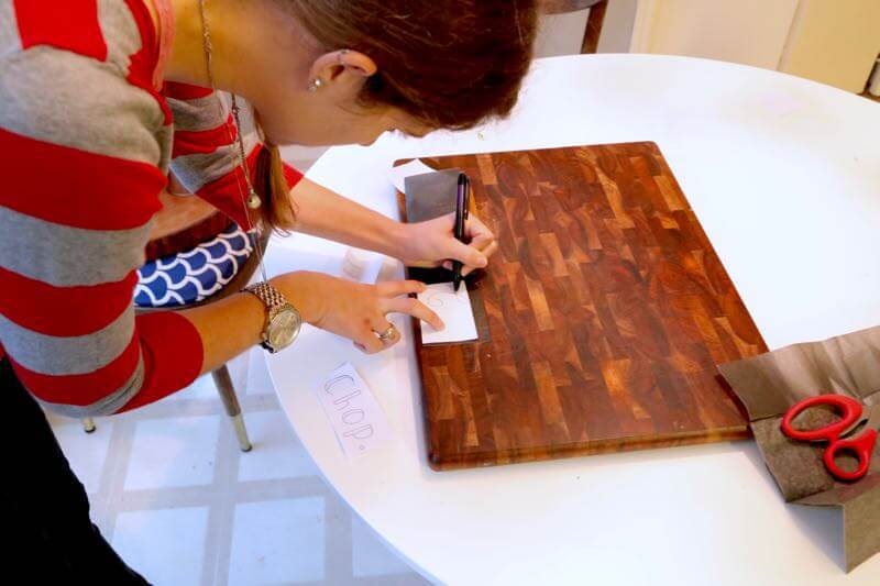 Need a last minute gift idea for the holidays? Here are two awesome ideas for hostess gifts (or for anyone else) that you can throw together in an hour or less! This DIY wood-burned cutting board and DIY marble serving tray are so simple, beautiful, and a great Christmas gift!