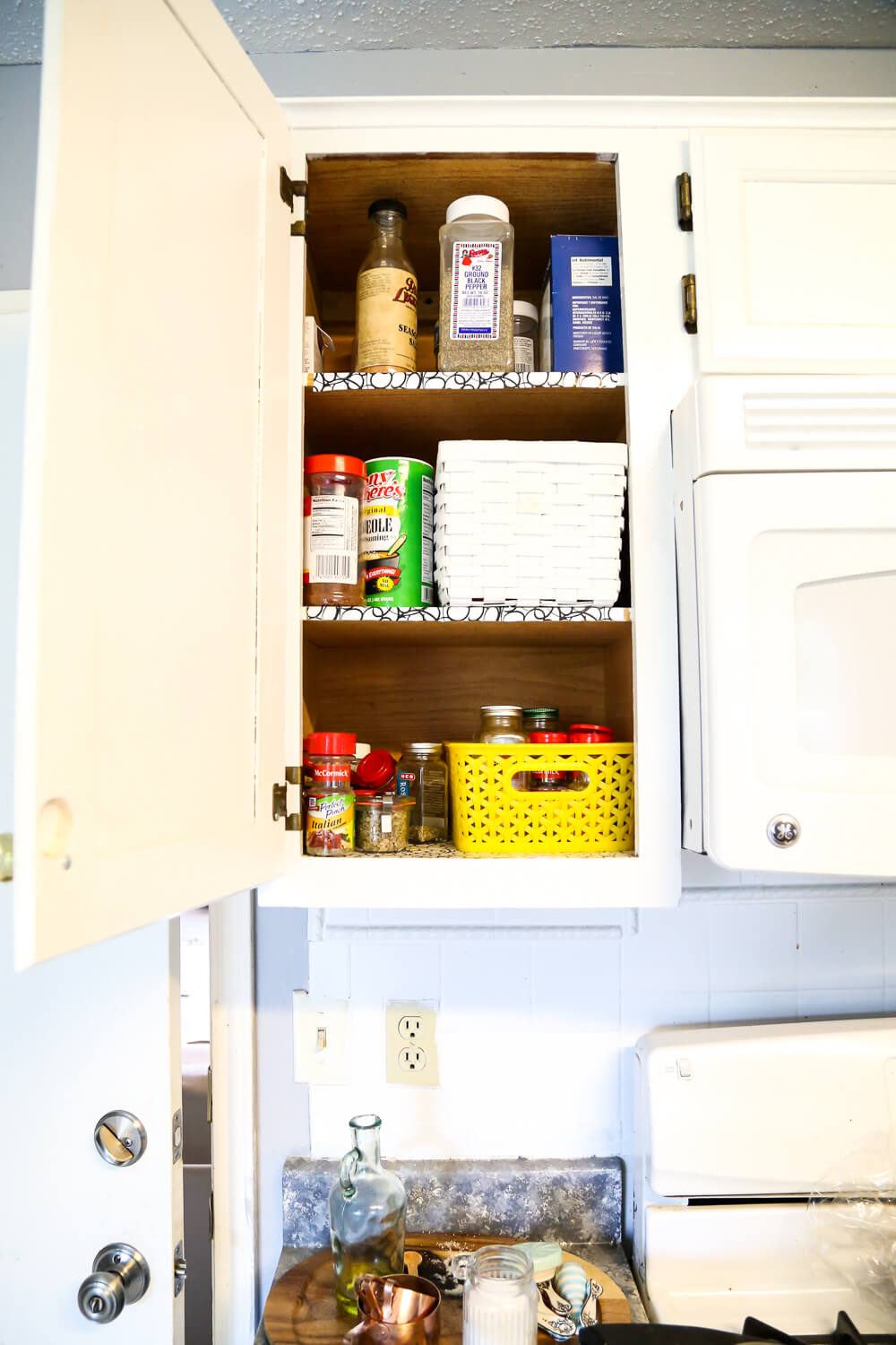 A quick and simple solution for keeping your spices organized. Great ideas for organization in the kitchen
