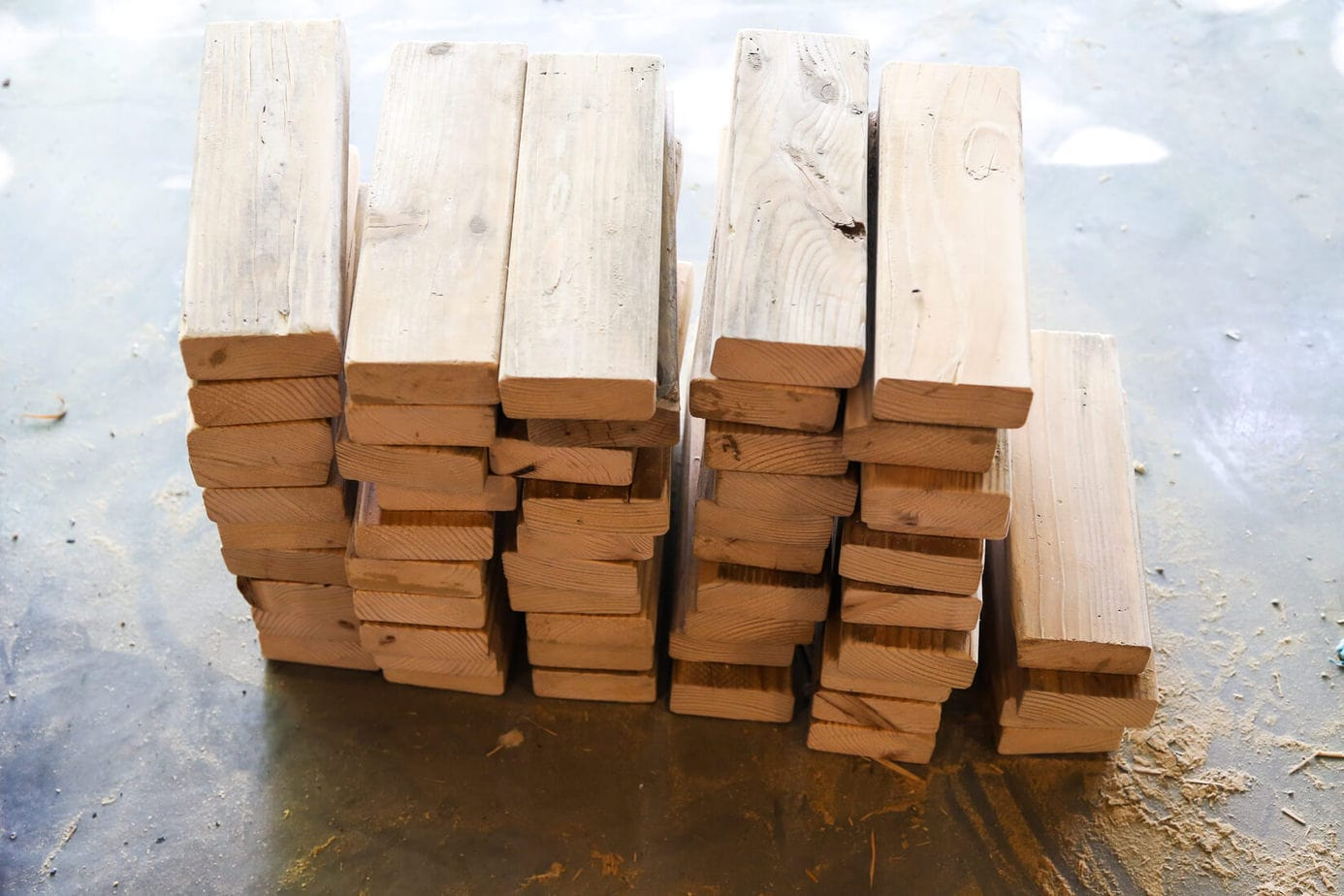 DIY Giant Jenga Outdoor Game - Fun party game. How to make jumbo Jenga blocks for your backyard, perfect for your next summer gathering, tailgate party, or just to keep your kids busy this summer! v