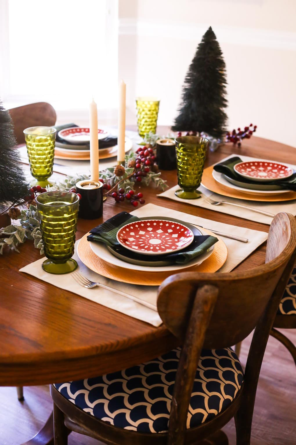 A cozy Christmas table with traditional colors and a hint of black!