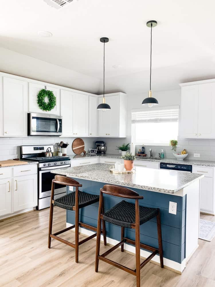Kitchen with mixed length drawer pulls