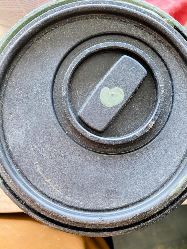 Close up image of Behr easy pour lid