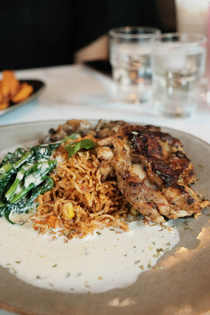 Grilled frango over rice