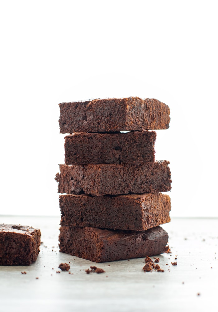5 espresso brownies on top of each other, next to one other espresso brownies.