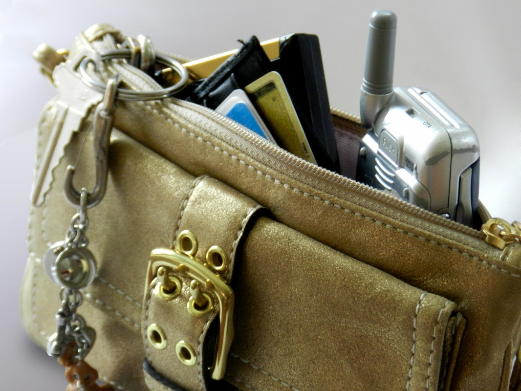 9 Things a Girl Should Have in her Handbag