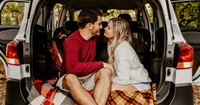 couple-enjoying-picnic-in-the-back-of-a-car